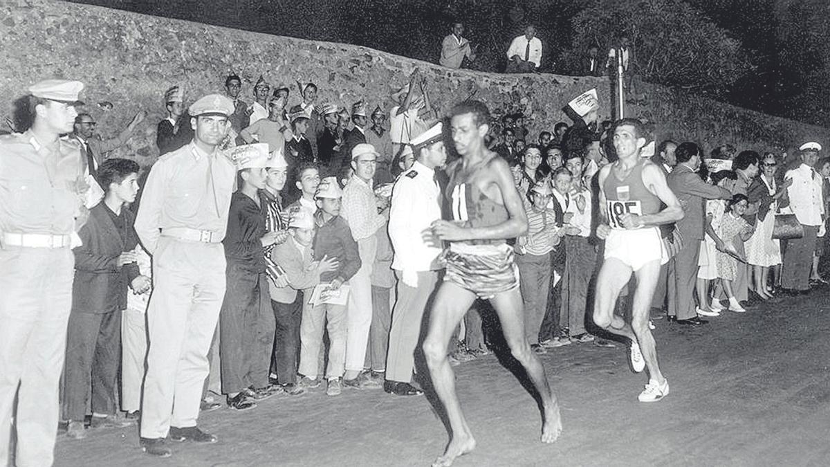 Abebe Bikila (el corredor descalzo) en los momentos finales del maratón de Roma.