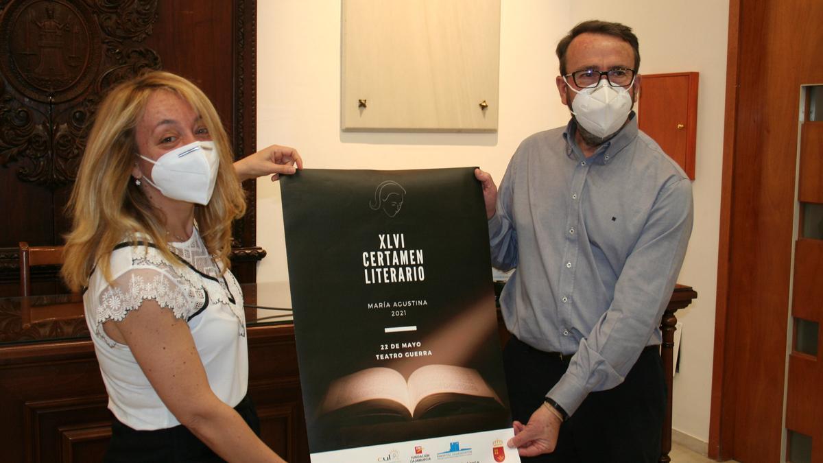 María Ángeles Mazuecos y Antonio Ortega muestran el cartel de los premios literarios.