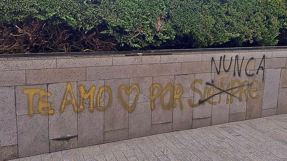 """El alcalde guanchero, Antonio Hernández (PP), confesó ayer estar """"hasta las narices de estos actos"""", en alusión a pintadas como las de las imagenes, en la plaza de Venezuela."""