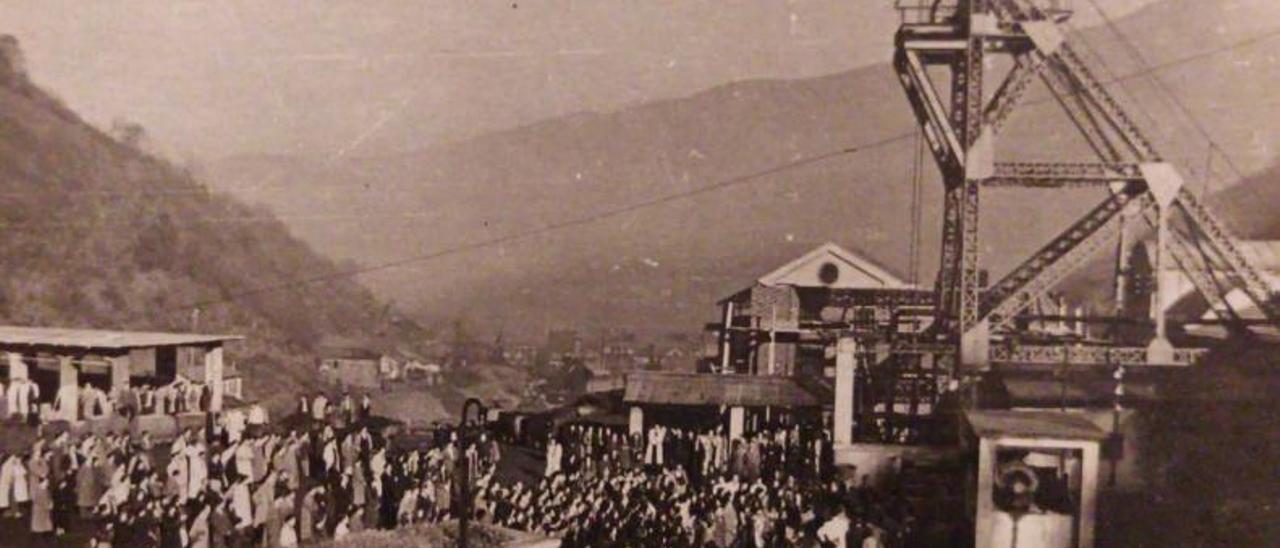 La plaza de Minas Llamas, atestada de gente apoyando a los once mineros encerrados en 1967.   Reproducción cedida por Adrián Vega y Lito García