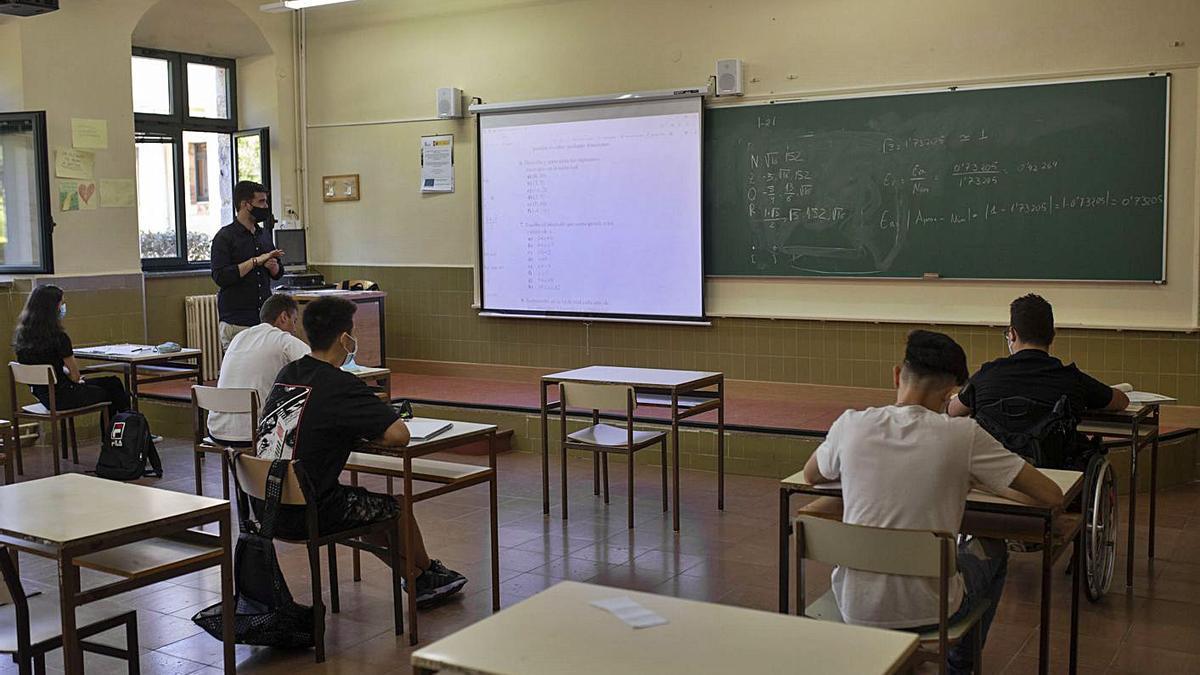 Alumnos en una clase de refuerzo, con distancias de seguridad y mascarilla. | Emilio Fraile
