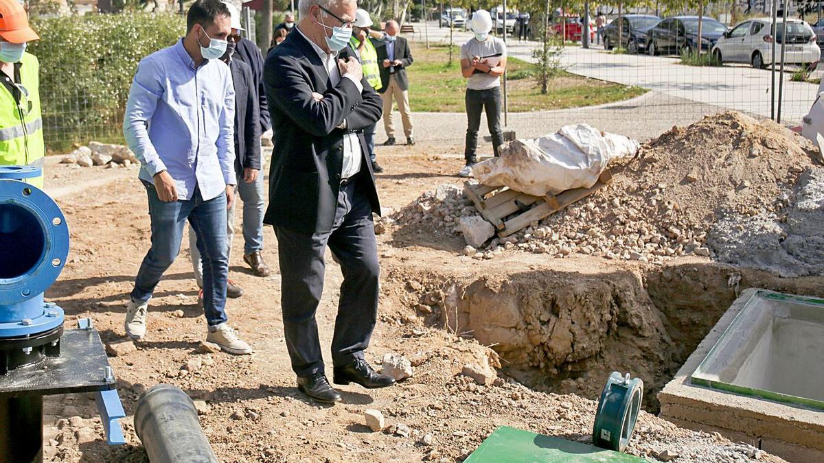 Ramon y Ribó visitaron ayer las obras de adecuación del pozo. | LEVANTE-EMV