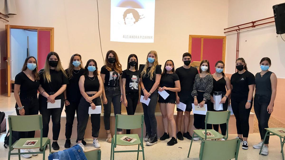Las alumnas y alumnos que han participado en el recital junto a Empar Ferrer y Amparo Cortell