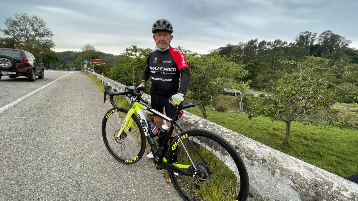 José Luis Quidiello, ayer, con su bici.