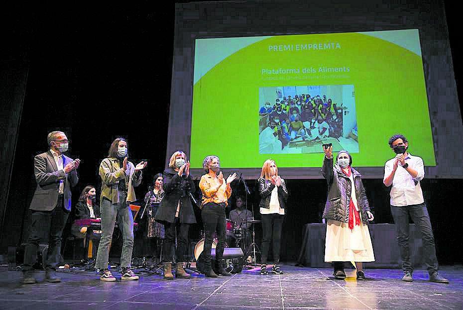 Sor Lucía Caram, amb la peça de ceràmica del Premi Empremta