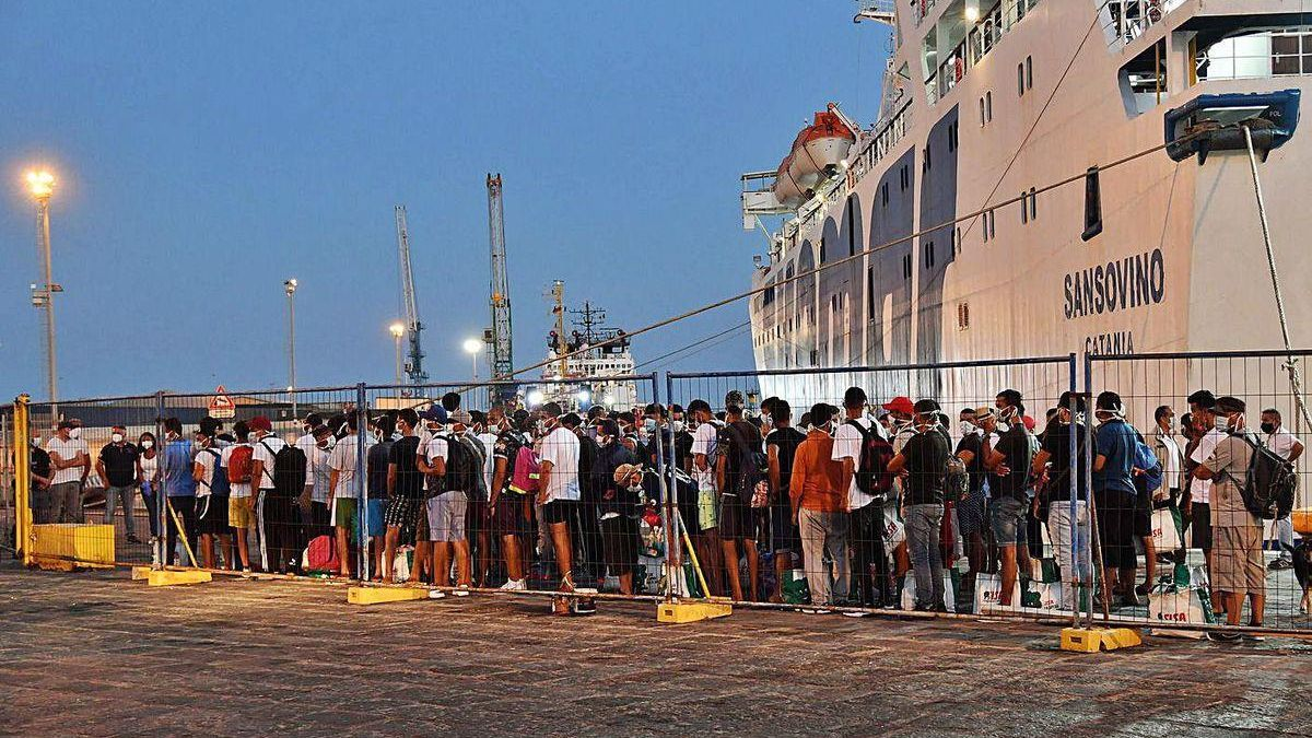 Llegada de inmigrantes a Sicilia transferidos desde Lampedusa.