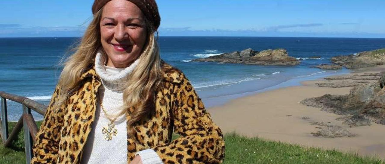 Adela Bas, en la playa tapiega de Los Campos.