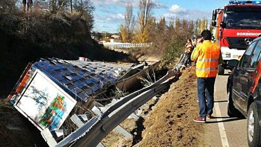 Camión volcado en el canal que discurre paralelo a la carretera en la que se produjo el accidente.