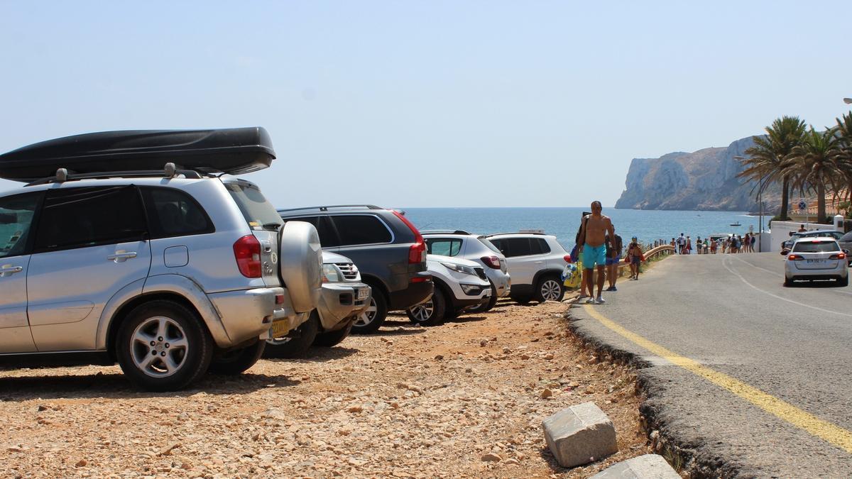 Coches mal estacionados en el tramo de les Rotes que ahora se cerrará