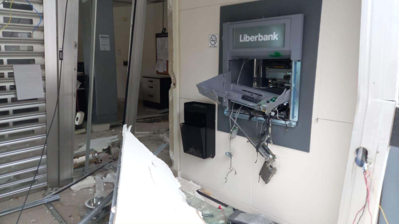 Así quedó la sucursal destrozada por los ladrones con explosivos en Piloña