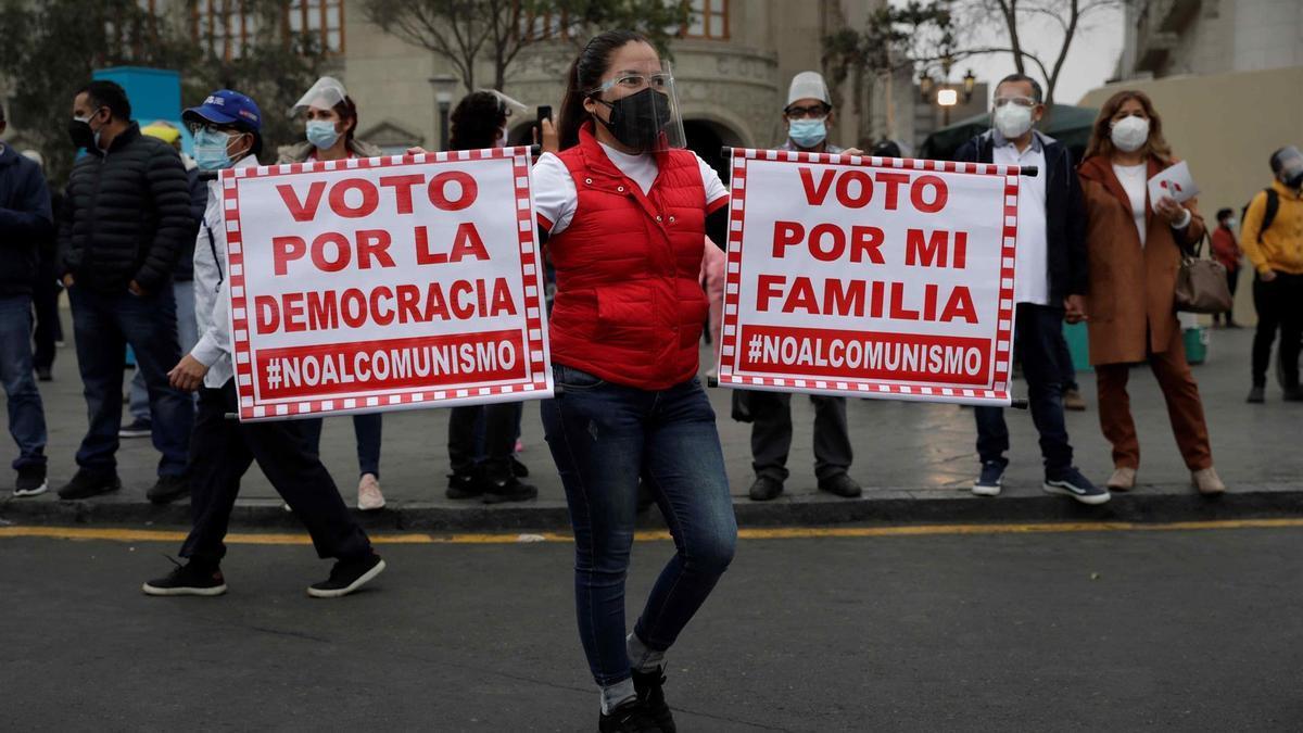Una manifestante partidaria de Fujimori, durante la marcha en Lima.