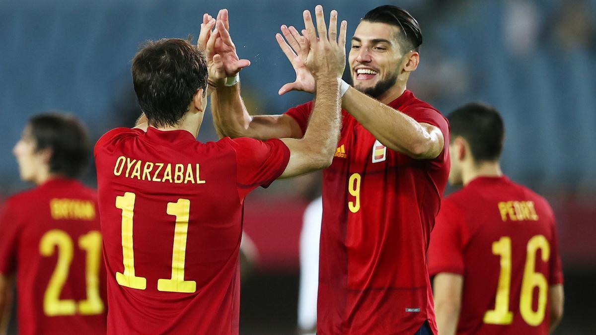 Rafa Mir celebra un gol con Oyarzabal.