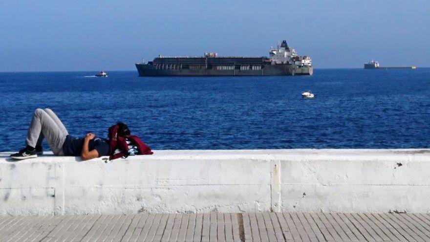 El buque establo 'Bader III' vuelve a llenar la ciudad de mal olor