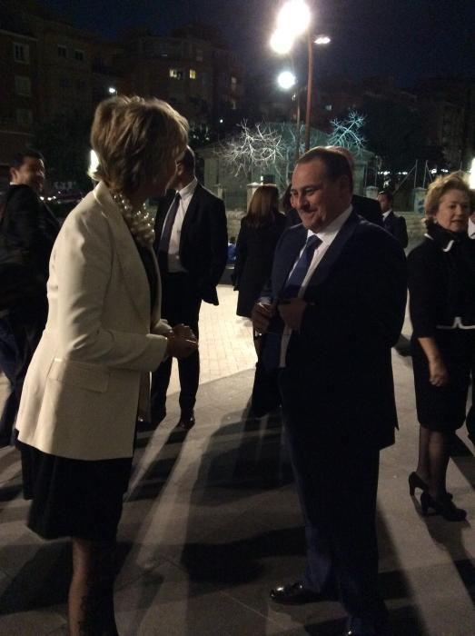 La directora del Liceo Francés, Catherine Bellus, a su llegada al ADDA. La recibe el director de INFORMACIÓN, Juan Ramón Gil.