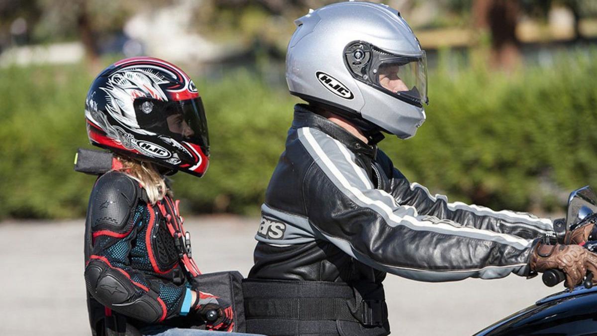 Normativa y consejos para viajar con niños en moto