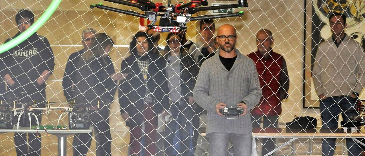 Uno de los profesores muestra el vuelo de un dron en la Escuela Politécnica.