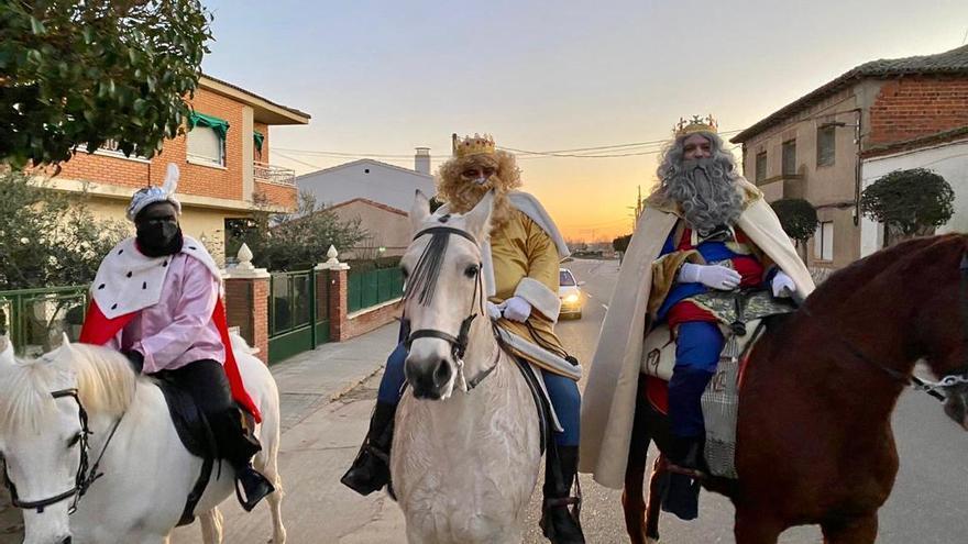 GALERÍA | Los Reyes Magos llegan al trote a Torres del Carrizal