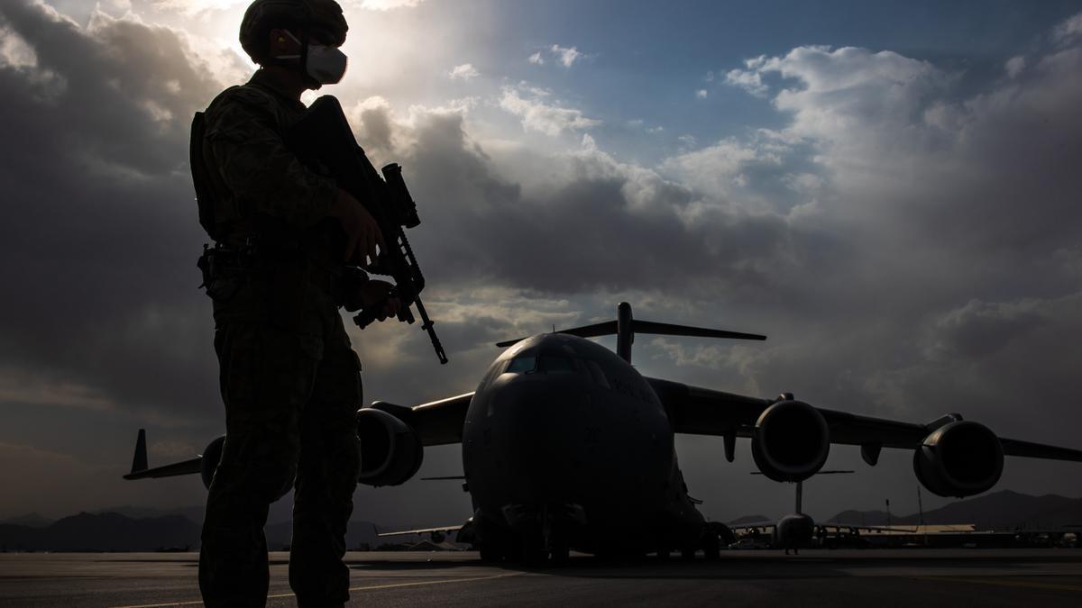 Un soldado australiano custodia un avión para la evacuación de afganos en el aeropuerto de Kabul.