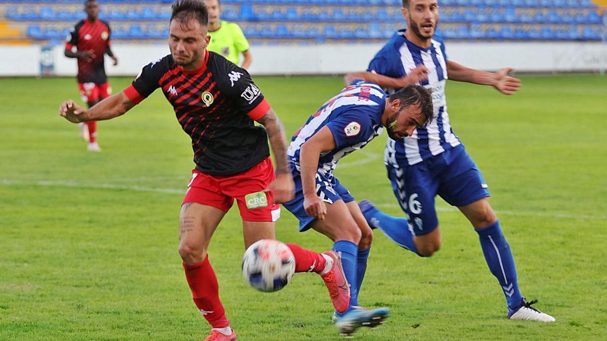Borja lucha por el balón durante el derbi del pasado domingo ante el Alcoyano. | JUANI RUZ
