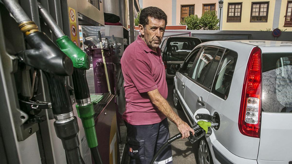 Un trabajador reposta un vehículo en una gasolinera del Archipiélago.