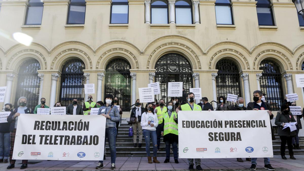 Manifestación de sindicatos docentes a las puertas de Presidencia del Principado