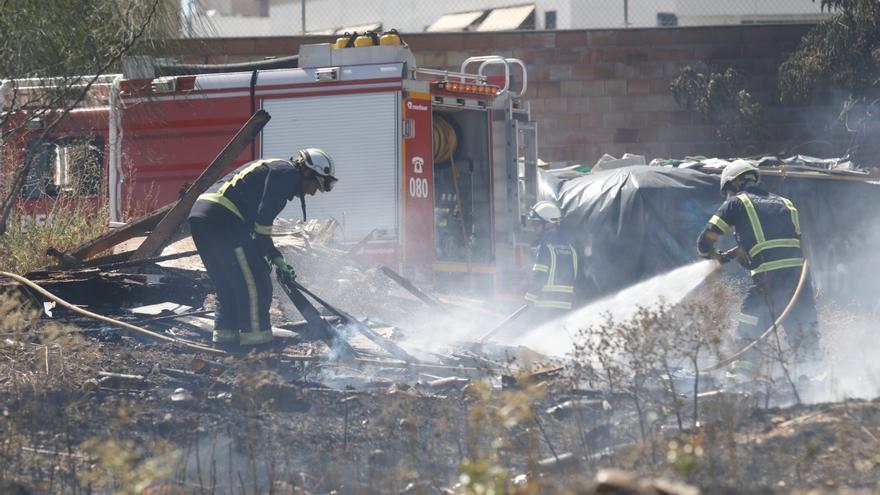 Los bomberos extinguen un incendio de pastos junto al Fontanar