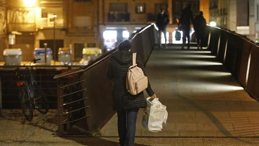 Gironins passejant les bosses d'escombraries per la ciutat