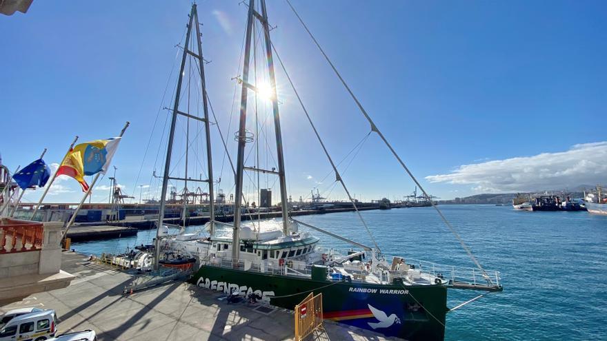 El 'Rainbow Warrior' descansa en el Puerto de La Luz