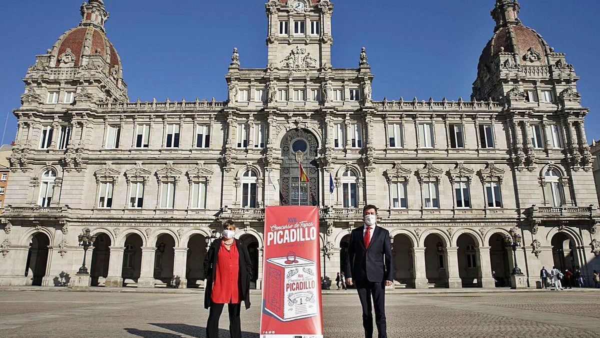 La gerente de Turismo, Lanzada Calatayud, y el concelleiro Juan Ignacio Borrego.