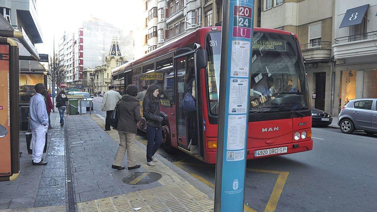 Un autobús de la Compañía de Tranvías, en una de sus paradas en la calle Juan Flórez.