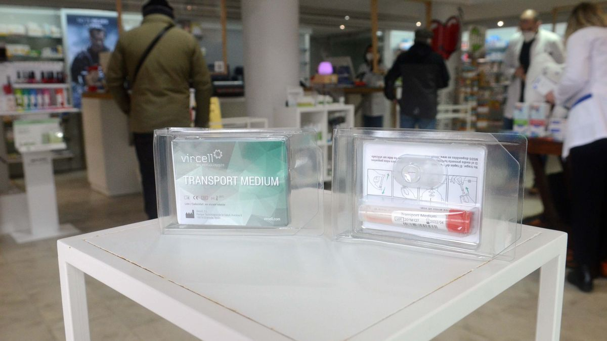 Kit con test de saliva en una farmacia gallega.