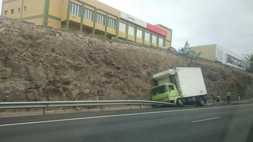 Retenciones de tráfico al salirse un camión de la vía