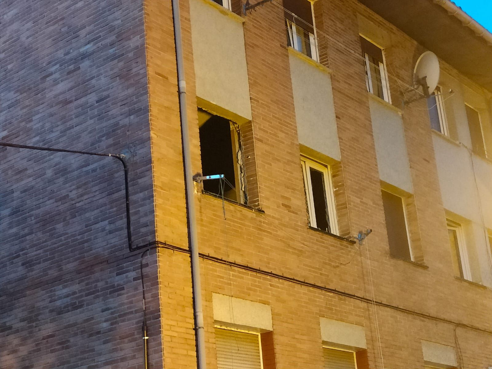 Explosión de una bombona de butano en un piso de Pumarabule (Siero)