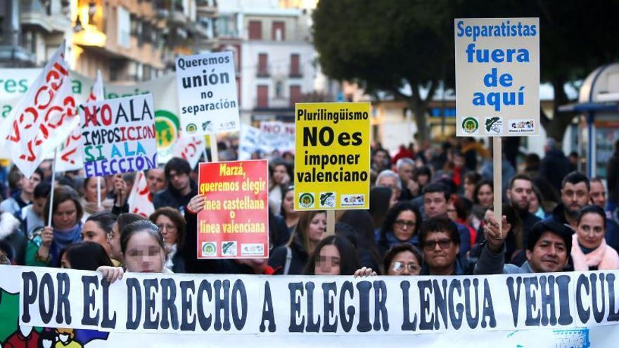 """Miles de personas exigen la derogación de la ley valenciana de """"plurilingüismo"""""""