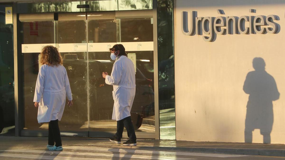 Una pareja de sanitarios entra en el Hospital la Fe de Valencia