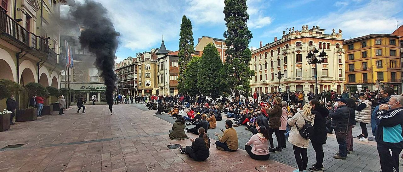 Una de las protestas de los hosteleros ante el Ayuntamiento de Langreo en noviembre, tras el cierre de los negocios decretado por el Principado.