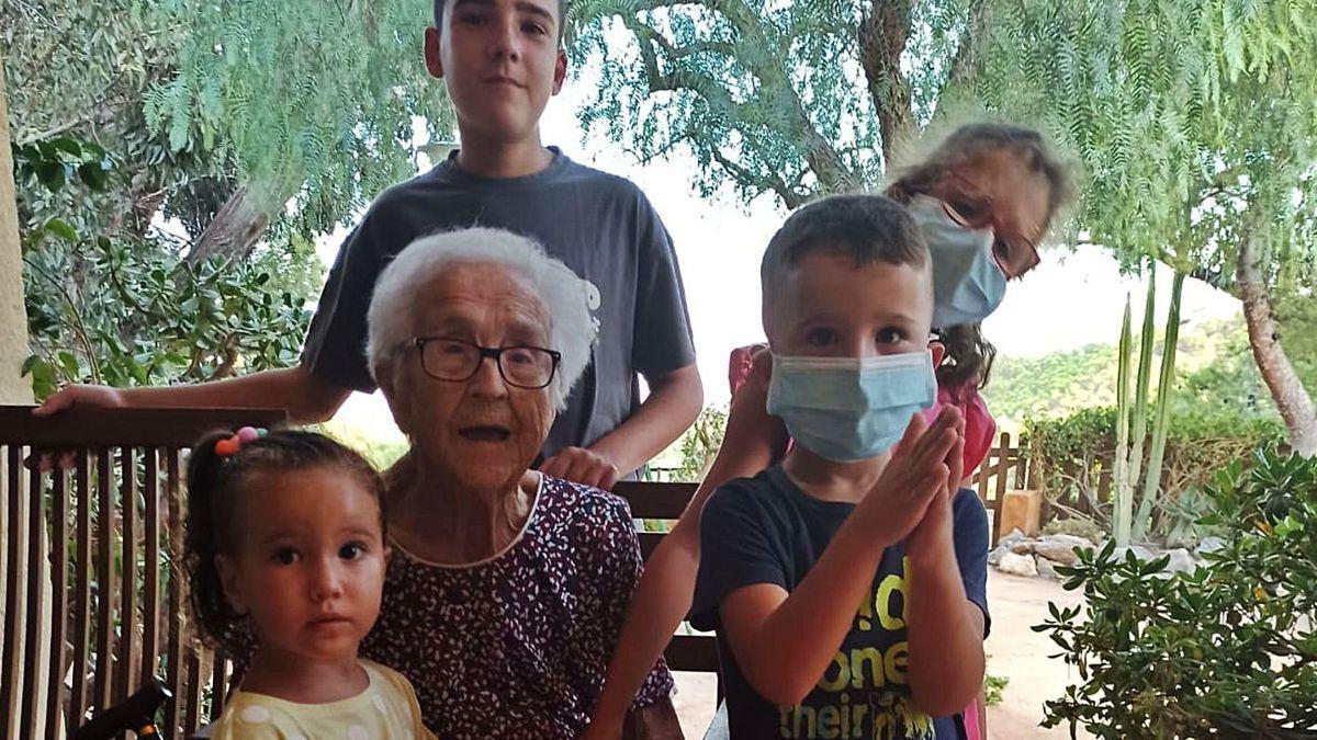 Pepa junto a sus bisnietos en su 101 cumpleaños. Abajo junto a sus hijos y nuera.
