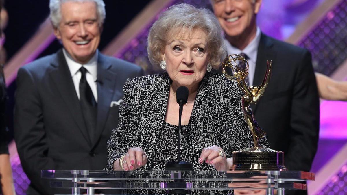 Betty White, la ganadora más longeva de los Emmy.