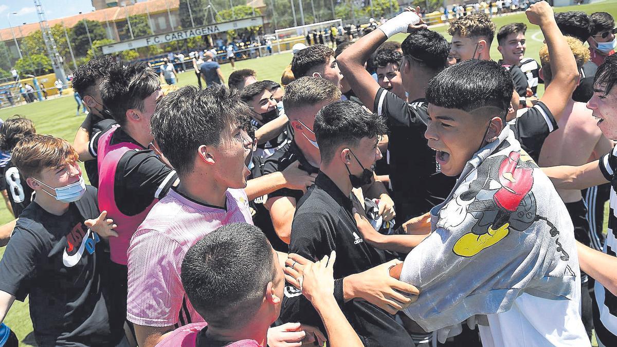 La plantilla del FC Cartagena celebra sobre el césped del Juan Ángel Zamora el ascenso a División de Honor Juvenil.