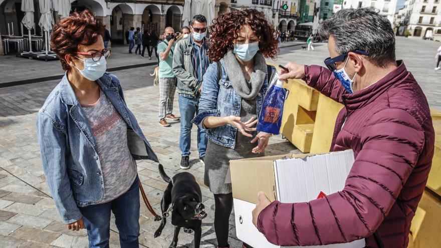 Conyser entrega los bidones para los orines de los perros