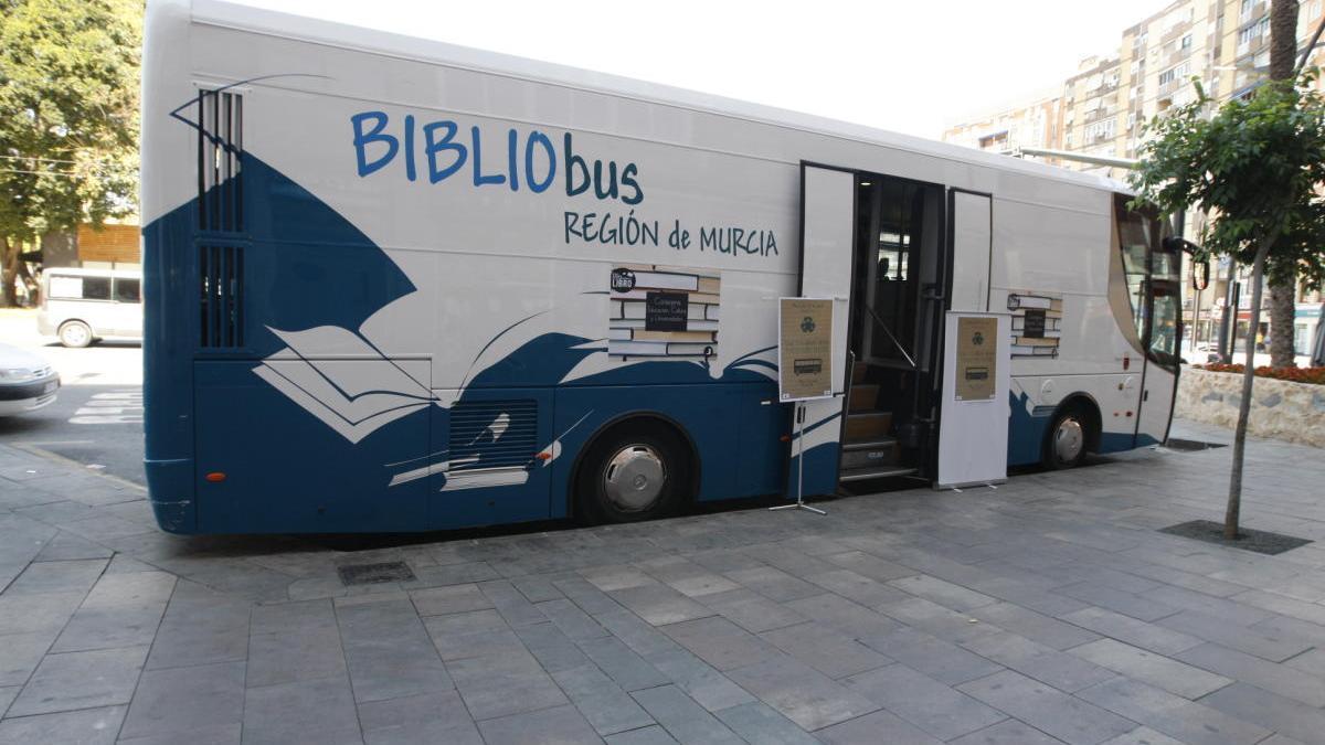 Uno de los cinco bibliobuses de la Región. Juan Caballero