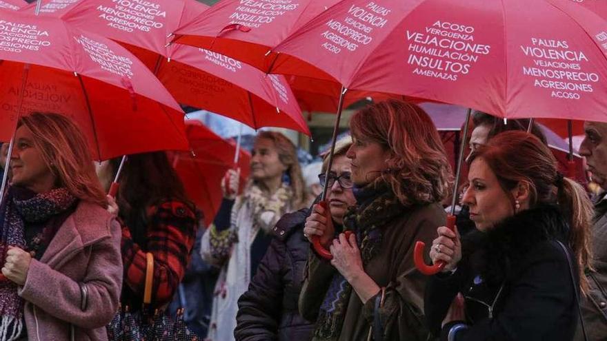 Zapatos y paraguas en recuerdo de las 45 víctimas de este año