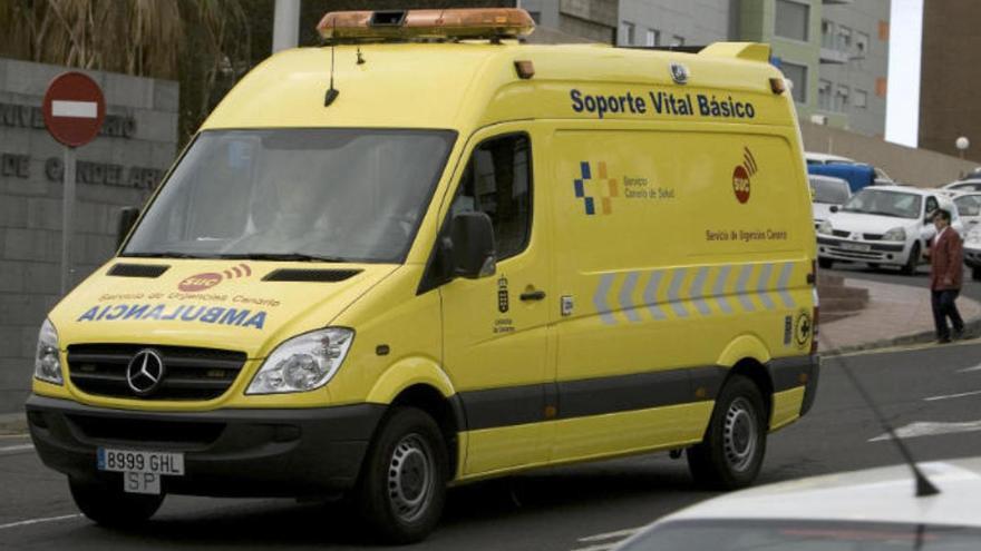 Dos heridos en Garachico al golpearles una rueda que perdió un camión