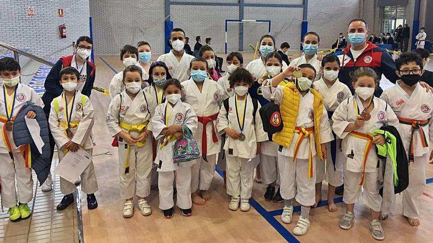 La escuela de kárate Joel de Castrillón cosecha dieciocho medallas