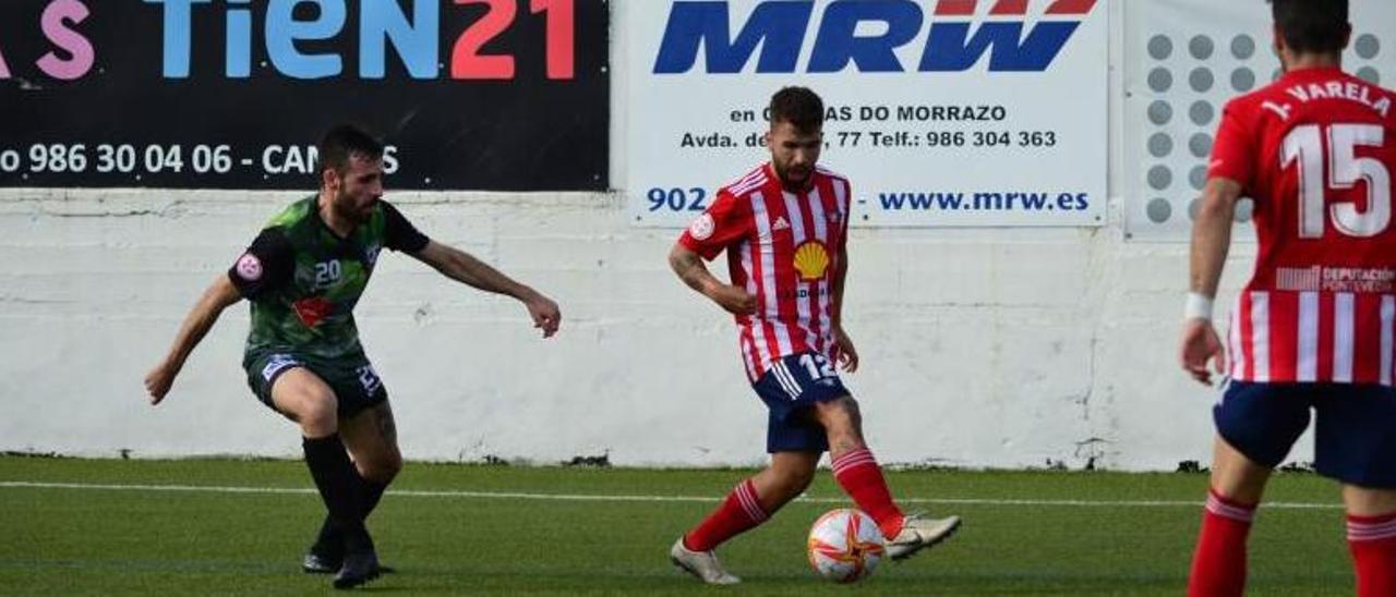 Óscar Martínez controla el esférico en una acción del partido entre Alondras y Arnoia.    // GONZALO NÚÑEZ