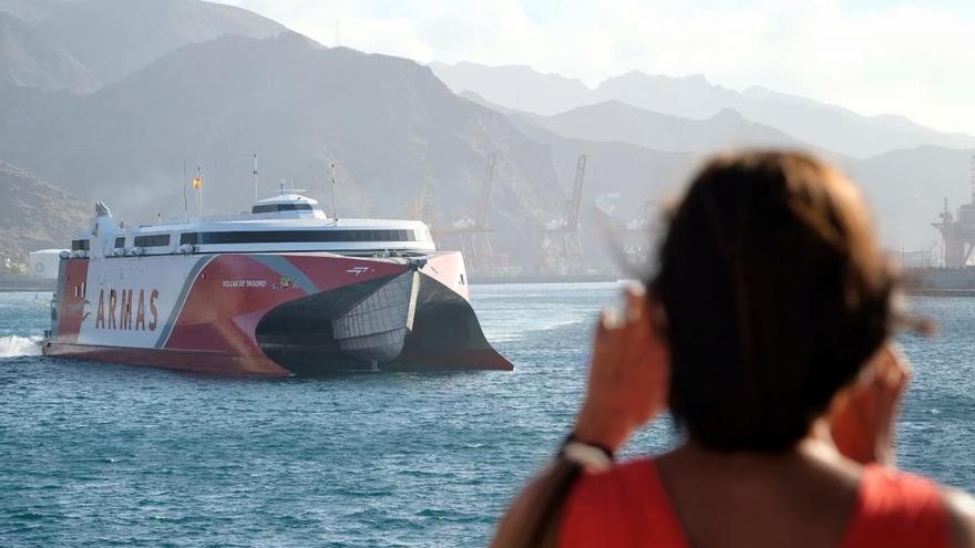 Así llegó el nuevo catamarán del Grupo Armas Transmediterránea llega a Tenerife