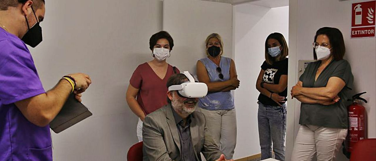 El alcalde prueba unas gafas de realidad virtual. | LEVANTE-EMV