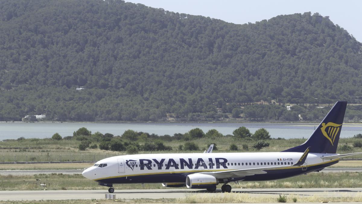 Avión de Ryanair en la pista ibicenca. J. A. Riera
