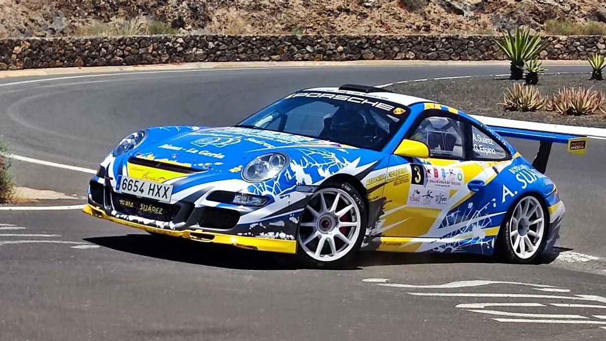 Toñín Suárez y Gabriel Espino, a bordo de su Porsche 911 GT3, en un momento de la prueba lanzaroteña. | | SERGIO BETANCORT