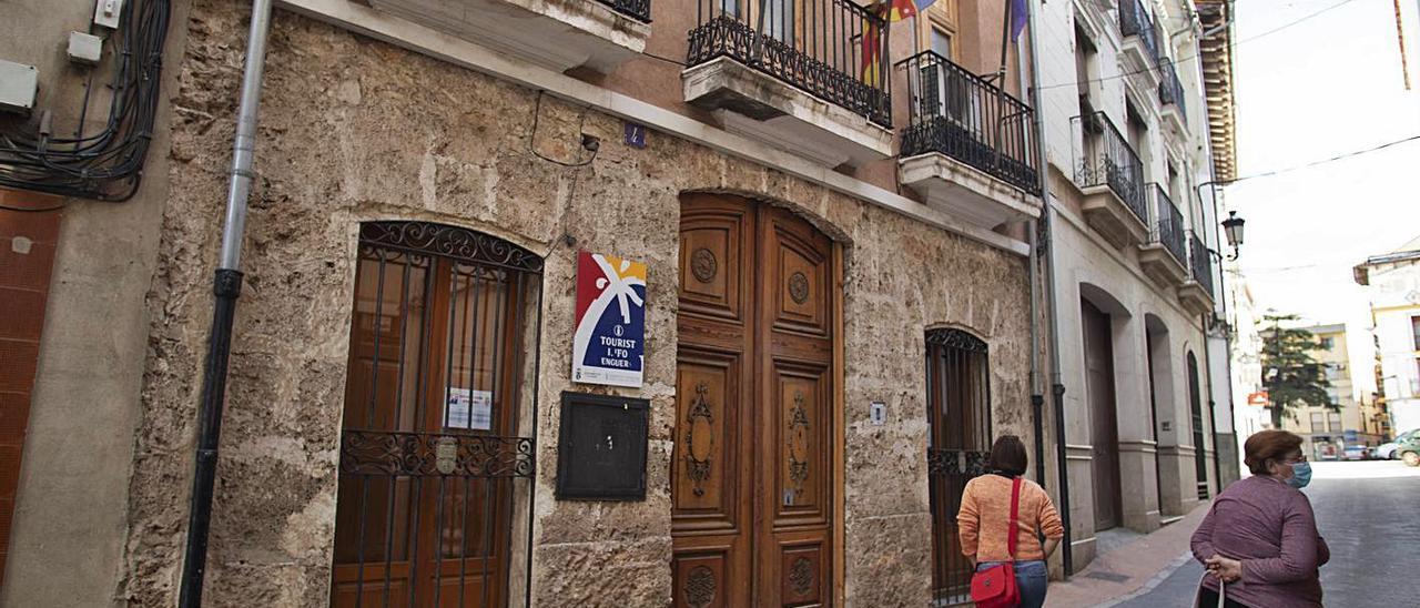 El edificio del Centro Sociocultural que albergará la Casa de la Juventud de Enguera, ayer.  | PERALES IBORRA